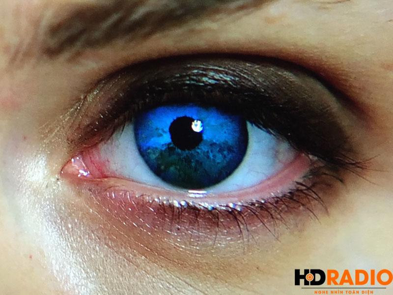 View chỉ nguyên 1 mắt để thấy độ sắc nét và chi tiết củaMáy chiếu 4K JVC DLA-X500R