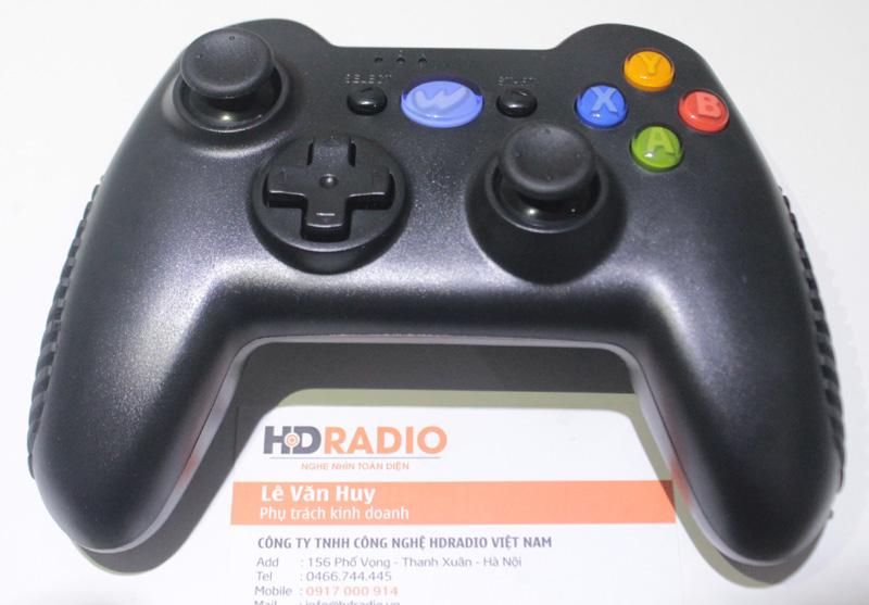 Logo của Tay cầm chơi games Wamo Quake được viết tắt bằng chữ W trên thân máy.