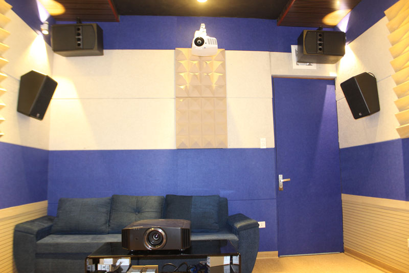 Phía sau nhìn rõ 2 Loa xem phim cao cấp và Loa Karaoke