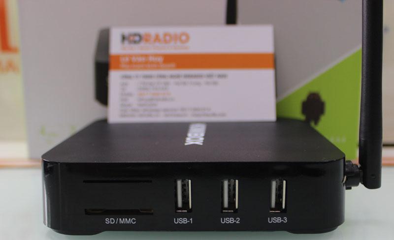 Bên cạnh phải TV Box Kiwbox S3 Plus gồm có: 3 cổng USB - 1 khe cắm thẻ nhớ.