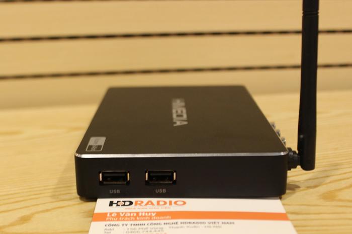 Khe cắm USB nằm ở hông phải  và 1 khe cắm SD cad nằm ở hông trái của máy