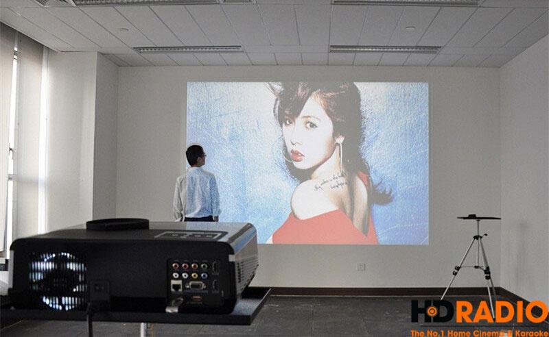 Chiếu lên tường trắng lớn, trong điều kiện có ảnh sáng,Máy chiếu giá rẻ BullPro BP600A vẫn cho hình ảnh sắc nét