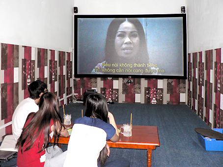 Khán giả xem phim và thưởng thức cà phê tại một phòng chiếu phim mini ở TP. Biên Hòa.