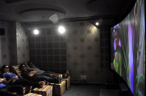 Phòng chiếu phim mini 3D sử dụng màn hình cong tỷ lê 21:9.